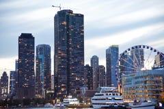Пристань военно-морского флота Чикаго с колесом Ferris тысячелетия стоковое изображение