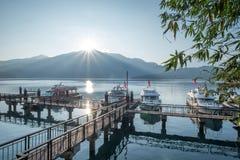 Пристань во время восхода солнца, Тайвань озера лун Солнця Стоковая Фотография RF
