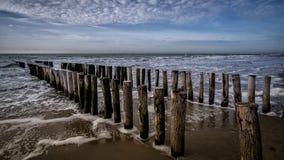 Пристань во время солнечной погоды с облаками на пляже в Vlissingen, Зеландии, Голландии, Нидерландах Стоковые Изображения RF