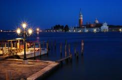 Пристань в Венеции на ноче Стоковые Фото