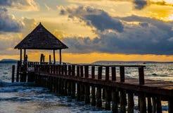 Пристань в Камбодже на золотом времени захода солнца Стоковые Фотографии RF