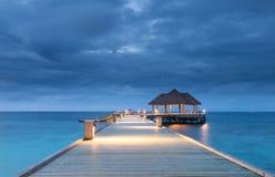 Пристань в остров Мальдивы атолла Raa океана стоковая фотография rf