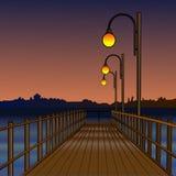Пристань загоренная светлыми лампами Река ночи Отражение ламп в воде над заходом солнца реки Безмолвие также вектор иллюстрации п Стоковое Изображение