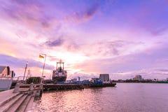Пристань и облачное небо стоковые изображения rf