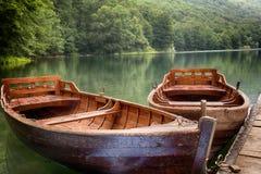 Пристань и шлюпки в озере Biograd, jezero Biogradsko стоковые изображения rf