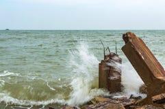 Пристань камня Destroed, море волны выплеска Стоковая Фотография RF