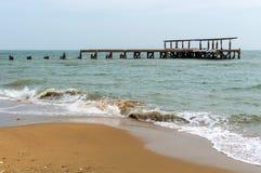 Пристань камня Destroed, море волны выплеска Стоковое Изображение RF