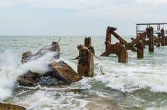 Пристань камня Destroed, море волны выплеска Стоковое Фото