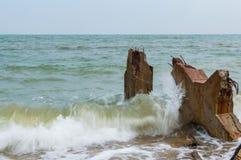 Пристань камня Destroed, море волны выплеска Стоковое фото RF