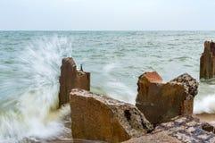 Пристань камня Destroed, море волны выплеска Стоковые Фотографии RF