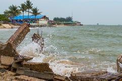 Пристань камня Destroed, море волны выплеска Стоковые Изображения RF