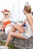 Пристань 2 красивая девушек на море Стоковая Фотография