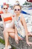 Пристань 2 красивая девушек на море Стоковое фото RF
