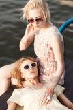Пристань 2 красивая девушек на море Стоковые Фотографии RF