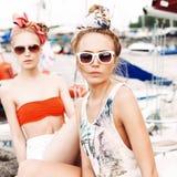Пристань 2 красивая девушек на море Стоковые Изображения