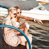 Пристань 2 красивая девушек на море Стоковое Изображение RF