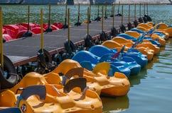 Пристань курорта со шлюпками и катамаранами на озере стоковая фотография