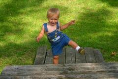 пристань мальчика смеясь над Стоковые Фотографии RF