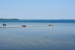 Пристань на большом озере под голубым небом Стоковые Изображения RF