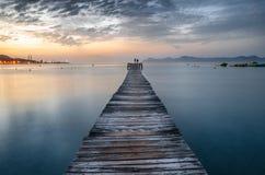 Пристань на восходе солнца в Мальорке, Балеарские острова пляжа Puerto de Alcudia, Испания стоковое изображение
