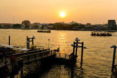 Пристань на заходе солнца, река Chaophraya, Бангкок, Таиланд стоковые фотографии rf