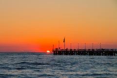 Пристань на заходе солнца, люди marmi dei сильной стороны наблюдая солнце внутри Стоковые Фотографии RF
