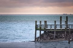 Пристань на пляже Wyk на немецком острове Foehr в холодном ноябре стоковое фото rf