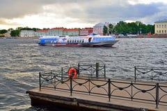 Пристань на судне на подводных крыльях реки и шлюпки Neva Стоковая Фотография RF