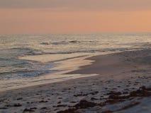 Пристань океанских волн песка пляжа заволакивает небо Стоковые Фото