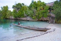 Пристань острова океана длинного хвоста фото естественной деревянной припаркованная шлюпкой карибская голубая ясная вода Горизонт Стоковые Фото