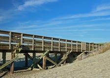 Пристань рыбной ловли встречает песчанную дюну Стоковая Фотография