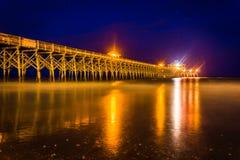 Пристань рыбной ловли на ноче, в пляже сумасбродства, Южная Каролина стоковые изображения rf