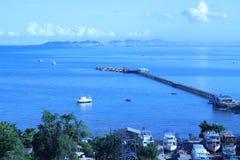 Пристань рыбной ловли пристани выступающая вне в взгляд моря дистантный Стоковые Изображения RF