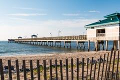 Пристань рыбной ловли пляжа Buckroe в Hampton, Вирджинии стоковое изображение rf