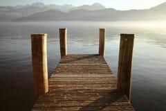 Пристань с горами и озером стоковое изображение rf