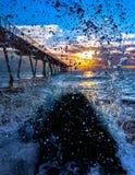 Пристань увиденная через выплеск волны Стоковое Изображение