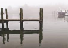 Пристань шлюпки Марины в тумане Мэриленда стоковая фотография rf