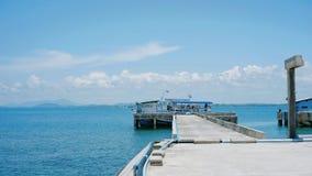 Пристань шлюпки, тропическое море, горизонт стоковая фотография rf