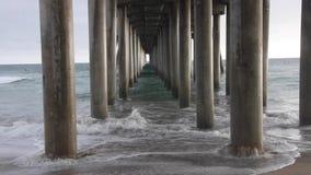 Пристань Huntington Beach Underneath с волнами сток-видео