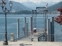 Пристань Laveno на озере Maggiore, северной Италии стоковая фотография rf