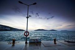 Пристань pictursque Buyukada, Стамбула на заходе солнца Стоковое фото RF