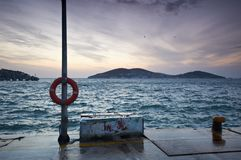 Пристань pictursque Buyukada, Стамбула на заходе солнца Стоковое Изображение RF