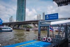 Пристань Sathorn на соединении с BTS Saphan Taksin в Бангкоке, Таиланде стоковое изображение