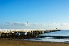 Пристань Shorncliffe в солнце раннего утра под голубым небом Стоковые Изображения RF