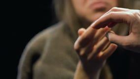 Пристрастившийся женщина в ветошах хватая таблетку антидепрессанта от руки торговца, конца-вверх сток-видео
