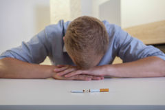Пристрастившийся человек с сломленной сигаретой Стоковые Изображения RF