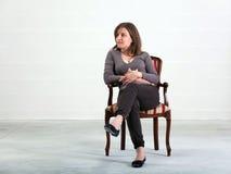 присутствовать на детенышах женщины интервью Стоковые Фото