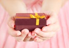 Присутствующая коробка в руке Стоковые Фотографии RF