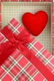 Присутствующая коробка с красным сердцем Стоковые Изображения RF