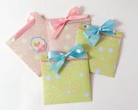 Присутствующие конверты для младенца стоковое фото rf